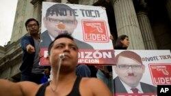 Demonstran di depan poster calon presiden Manuel Baldizon, menuntut reformasi pemilu di Guatemala City, Sabtu, 5 September 2015.