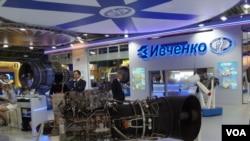今年8月莫斯科航展上烏克蘭西奇發動機廠的展台 (美國之音白樺拍攝)