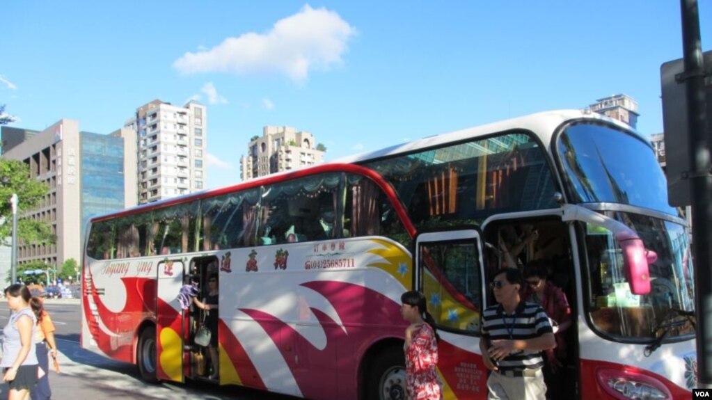 资料照:台北101大楼前的大陆游客大巴士