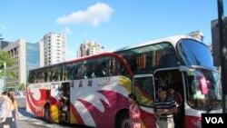 台北101大樓前的大陸遊客大巴士。(資料圖片)