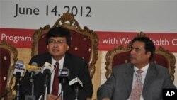 حسن عباس ظہیر صحافیوں کو تفصیلات سے آگاہ کررہے ہیں
