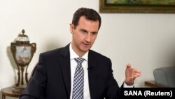 Presiden Suriah Bashar al-Assad saat diwawancarai oleh surat kabar Spanyol El Pais di Damaskus, 20 Februari 2016 (Foto: dok).