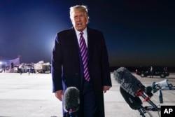 Rais Donald Trump akitoa rambirambi juu ya kifo cha Jaji Ruth Bader Ginsburg baada ya kampeni yake uwanja wa ndege wa Bemidji Airport, Bemidji, Minnesota, Sept. 18, 2020.