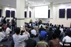 Puluhan peserta antusias mengikuti diskusi yang diklaim sebagai yang terbuka, pertama di Indonesia, dan masuk ke level teologis ini, Bandung, 13 Mei 2019. (Foto: Rio Tuasikal/VOA)