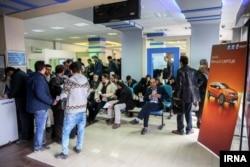 مشتریان برای خرید خودرو در یک نمایندگی فروش در تهران