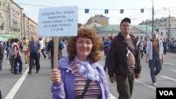 莫斯科5月反政府示威中一名示威者的口號:要求誠實選舉,自由媒體,獨立司法制度。
