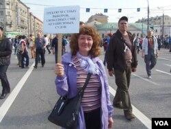 民主体制能保证有效打击贪污腐败。 莫斯科5月反政府示威中一名示威者的口号:要求诚实选举,自由媒体,独立司法制度。(美国之音白桦拍摄)