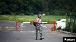 عکس آرشیوی از یکی از جدایی طلبان مسلح اوکراینی در حال نگهبانی در مرز روسیه