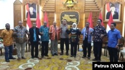 Para pendeta Papua bergandengan tangan bersama Gubernur dan Kapolda Jawa Timur, sepakat mendorong penyelesaian damai persoalan yang dipicu ucapan rasial dan kekerasan terhadap mahasiswa Papua. (Foto: VOA/Petrus)