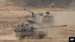 지난 29일 한국 육군 K-9 자주포 부대가 경기도 파주 비무장지대 휴전선 인근에서 기동훈련을 하고 있다.