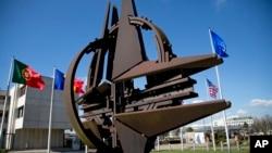 Эмблема НАТО в Брюсселе