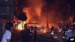 터키 남부 가지안텝시 도심 차량폭탄테러 현장에서 진화 작업을 벌이는 소방관들(자료사진)