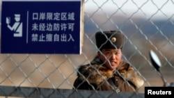 북-중 접경지역인 신의주에서 북한 병사가 철책을 지키고 있다. (자료사진)