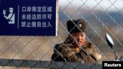 지난달 29일 북한의 중국 접경지역인 신의주에서 철책을 지키는 북한 병사. (자료사진)