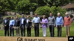 Para pemimpin G-8 yang menghadiri KTT di Camp David, Maryland berpose bersama, Sabtu (19/5).