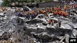 Para petugas penyelamat mencari korban di antara reruntuhan gedung di Chennai, India (29/6).
