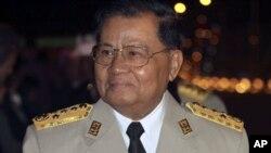 ນາຍພົນ Than Shwe ນາຍທະຫານອາວຸໂສ ຂອງລັດຖະບານທະຫານມຽນມາ ໄປຮ່ວມງານລ້ຽງ ອາຄານຄໍ່າໃນວັນຂີດໝາຍຄົບຮອບ 63 ປີ ແຫ່ງວັນເອກະລາດຂອງມຽນມາ ໃນວັນທີ 04 ມັງກອນ 2011