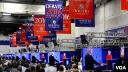 Jurnalistlər Hofstra universitetində prezidentliyə namizədlər arasında debatı izləyir