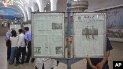 지난 10일 서울 평양의 지하철역에서 신문을 읽는 시민들. (자료사진)