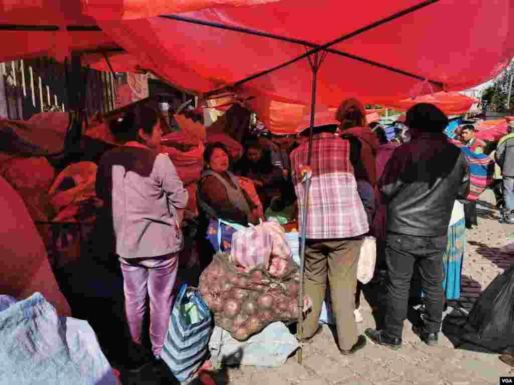 Cientos de personas han salido para abastecerse de comida preveniendo cualquier otro surgimiento de protestas o marchas que impidan salir a las calles.