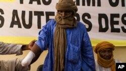 Alhader Ag Almahmoud, un berger touareg de 30 ans dont la main droite a été amputée par un groupe islamiste à Bamako, au Mali, le 20 septembre 2012. (Archives)