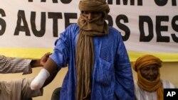 Ông Alhader Ag Almahmoud, 30 tuổi, bị nhóm Hồi giáo muốn áp đặt luật Hồi giáo Shariah chặt bàn tay phải