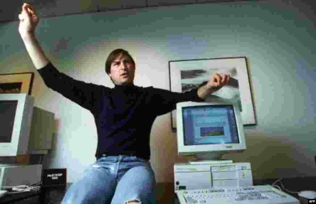 Steve Jobs, pionier i kompjuterave personalë në një foto të vitit 1993. (AP Photo/Kristy Macdonald)