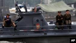 朝鲜士兵乘坐船只在中国辽宁省附近的鸭绿江上巡逻。(2010年5月29日)