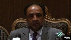 وفاقی وزیر اطلاعات قمر زمان کائرہ نیوز کانفرنس سے خطاب کرتے ہوئے۔