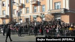Veliki broj građana okupio se da isprati svečani defile povodom 9. januara