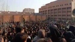 """Estudiantes iraníes: """"Mataron a nuestras élites y las reemplazaron con mulás""""."""