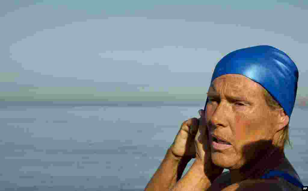 Swimmer Diana Nyad adjusts her swimming cap before her swim to Florida from Havana, Cuba, Aug. 31, 2013.