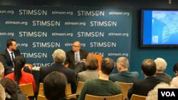 លោក Brian Eyler នាយកផ្នែកគម្រោងសិក្សាតំបន់អាស៊ីអាគ្នេយ៍នៅវិទ្យាស្ថាន Stimson និងជាអ្នកនិពន្ធសៀវភៅ «Last Days of the Mighty Mekong» (ខាងឆ្វេង) និងលោក Jon Fasman អ្នកឆ្លើយឆ្លងព័ត៌មានឲ្យទស្សនាវដ្ដី the Economist ប្រចាំទីក្រុងវ៉ាស៊ីនតោន (ខា