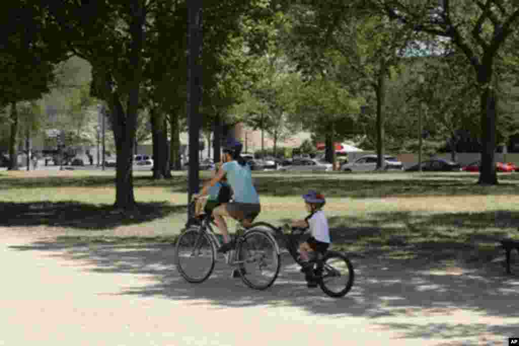 一对母子在骑自行车