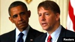 El presidente Barack Obama junto a Richard Cordray, Director de la Oficina de Protección Financiera del Consumidor.