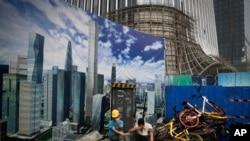 北京一个建设工地的工人(美联社2018年6月26日)