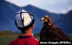 A young eagle hunter competes at the World Nomad Game (RFE/RL)