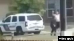 Imagen tomada del video tomado por Michael Thomas y transmitido por la estación KSAT de San Antonio, Texas, muestra a Gilberto Flores con al menos una mano en alto antes de que le disparara la policía.