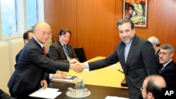 압바스 아라크치 이란 외무부 차관(오른쪽)이 28일 오스트리아 비엔나에서 국제원자력기구(IAEA) 아마노 유키야 사무총장과 회담했다.