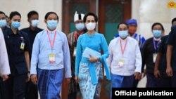 ႏိုင္ငံေတာ္သမၼတ ဦးဝင္းျမင့္နဲ႔ ႏိုင္ငံေတာ္အတိုင္ပင္ခံပုဂၢိဳလ္ ေဒၚေအာင္ဆန္းစုၾကည္။ (ဓာတ္ပံု - Myanmar State Counsellor Office - ၾသဂုတ္ ၁၉၊ ၂၀၂၀)