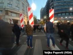 česnici protesta, predvođeni liderima SzS, postavili su ispred ulaza u skupštinu grada, odnosno zgradu Starog dvora, ograde koju su prethodno pokupili iz Kolarčeve ulice (Foto: Veljko Popović, VOA)