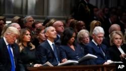 Aktuelni predsednik Donald Tramp i bivši predsednici Barak Obama i Bil Klinton sa prvim damama na memorijalnoj službi u Nacionalnoj katedrali