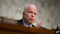 Mientras recibe deseos de pronta recuperación, el senador John McCain se mantiene al día por teléfono sobre las actividades del Congreso.