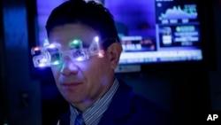 Un broker celebra el Año Nuevo usando anteojos del 2014 en la bolsa de Valores de Nueva York.