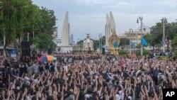 Ribuan demonstran, sebagian besar mahasiswa, hari Minggu (16/8) menyerukan perubahan radikal terhadap pemerintah Thailand.