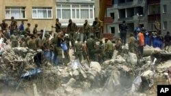 Σωστικά συνεργεία συνεχίζουν τις προσπάθειες εντοπισμού επιζώντων στην Τουρκία