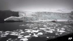 正在融化的冰块漂浮在秘鲁瓦拉斯的冰川(2014年12月4日)