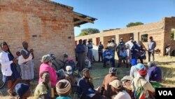 Abanye abantu abakha ikilinika eSomnene. (Photo: Ezra Tshisa Sibanda)