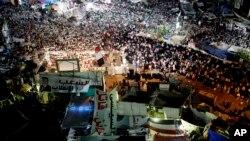 Para pendukung Presiden terguling Mohammed Morsi berkumpul di Nasr City, lokasi mereka berkemah dan melancarkan protes harian di Kairo,Mesir (28/7).