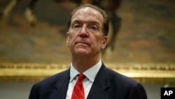 在白宫玫瑰厅举行的一场活动中,负责国际事务的财政部副部长马尔帕斯聆听特朗普总统宣布提名他为世界银行行长。(2019年2月6日)